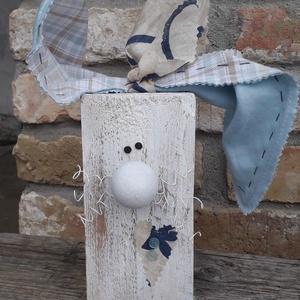 Húsvéti fa nyuszi fehér orral és kék kockás fülekkel, Otthon & Lakás, Dekoráció, Asztaldísz, Mindenmás, Varrás, Fa hasábból készült nyuszi fehér drót bajusszal és fehér orral,  kék-szürke kockás textil fülekkel.\n..., Meska