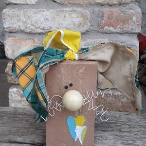 Húsvéti fa nyuszi fehér bajusszal és kockás fülekkel, Otthon & Lakás, Dekoráció, Asztaldísz, Mindenmás, Varrás, Fa hasábból készült nyuszi barna testtel, fehér drót bajusszal és zöld-sárga kockás textil fülekkel...., Meska