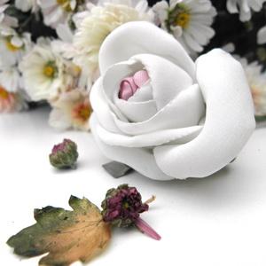 Fehér selyem rózsa - textil ékszer - bross, Táska, Divat & Szépség, Ruha, divat, Hajbavaló, Ékszerkészítés, Kis zöld levélkéken ül a tört-fehér, lágy selyem rózsa. Könnyeden romantikus, nőies. Bármilyen öltöz..., Meska