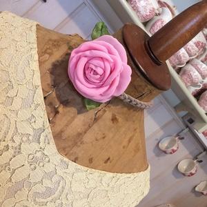 Rózsa- Anywhere-Anyway, Nyakpánt, gallér, Nyaklánc, Ékszer, Ékszerkészítés, Romantikus árnyalatú, az az igazi rózsaszín rózsa, rugalmas póló szálakon.\nNagyon sokoldalúan hordha..., Meska