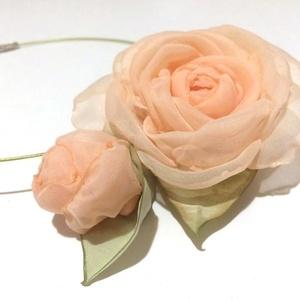Púder romantika-textilékszer-rózsás nyakék, Ékszer, Nyaklánc, Táska, Divat & Szépség, Ruha, divat, Hajbavaló, Ékszerkészítés, Halvány barackos rózsaszín, fényes, üde zöldek....ez a színösszeállítás már magában elegendő, hogy i..., Meska