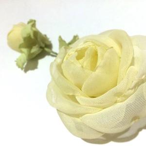Vaníliaszín rózsák almazölddel - rózsás bross, Kitűző, Kitűző & Bross, Ékszer, Ékszerkészítés, A vanília színű kinyílt rózsát és a különleges kialakítású száron függő gömbölyded bimbót almazöld l..., Meska