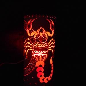 Skorpió - horoszkópos hangulatlámpa, Hangulatlámpa, Lámpa, Otthon & Lakás, Gravírozás, pirográfia, 26 cm magas, 12,5 cm átm., kizárólag LED-izzóval (E27) használható kézzel készített műanyag hangulat..., Meska
