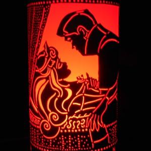 Csipkerózsika, Otthon & Lakás, Lámpa, Hangulatlámpa, Gravírozás, pirográfia, 27 cm magas, 12,5 cm átm., kizárólag LED-izzóval (E27) használható kézzel készített műanyag hangulat..., Meska