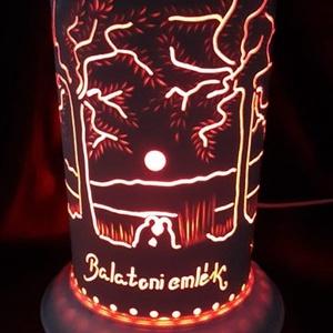 Balatoni emlék, Otthon & Lakás, Lámpa, Hangulatlámpa, Gravírozás, pirográfia, 20 cm magas, 12,5 cm átm., kizárólag LED-izzóval (E27) használható kézzel készített műanyag hangulat..., Meska