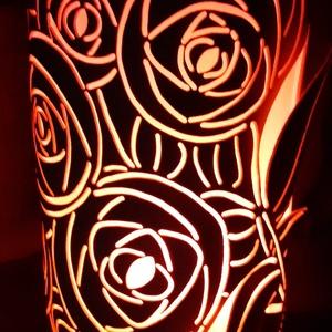 Rózsás hangulatlámpa, Otthon & Lakás, Lámpa, Hangulatlámpa, Gravírozás, pirográfia, 25 cm magas, 12,5 cm átm., kizárólag LED-izzóval (E27) használható kézzel készített műanyag hangulat..., Meska