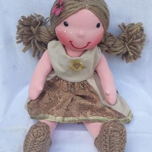 Waldorf jellegű lány baba bársony-karton anyag ruhában; Rongybaba; Játékbaba , Játék & Gyerek, Baba-és bábkészítés, Varrás, Egyedi, kézzel készített Waldorf jellegű 43 cm-es lány baba.\nA tömése: fliz\nTestanyag: pamut\nSzeme, ..., Meska