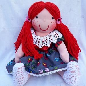 Waldorf jellegű lány baba mintás karton ruhában, horgolással díszített; Rongybaba; Játékbaba , Játék & Gyerek, Baba-és bábkészítés, Varrás, Egyedi, kézzel készített Waldorf jellegű 43 cm-es lány baba.\nA tömése: fliz\nTestanyag: pamut\nSzeme, ..., Meska