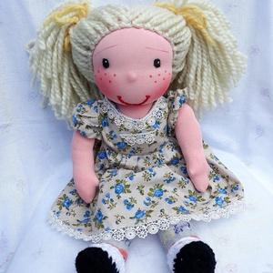 Waldorf jellegű lány baba virágos karton anyag ruhában, csipke szegéllyel; Rongybaba; Játékbaba; Textilbaba , Játék & Gyerek, Baba & babaház, Öltöztethető baba, Baba-és bábkészítés, Varrás, Egyedi, kézzel készített Waldorf jellegű 40 cm-es lány baba.\nA tömése: fliz\nTestanyag: pamut\nSzeme, ..., Meska