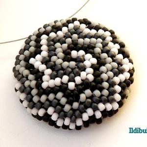 Spirál mintás medál fekete, fehér és szürke színből (Ildibuildi) - Meska.hu