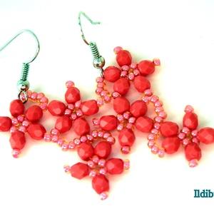 Cikk-cakk virágos fülbevaló korall színben, Ékszer, Fülbevaló, Ballagás, Ünnepi dekoráció, Dekoráció, Otthon & lakás, Gyöngyfűzés, gyöngyhímzés, Korall színű 4 mm-es csiszolt üveggyöngyből és cseh kásából formázott virágokból áll ez az 5 cm hoss..., Meska