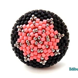 Csillagos kerek gyűrű (ezüst, korall és fekete), Ékszer, Gyűrű, Ballagás, Ünnepi dekoráció, Dekoráció, Otthon & lakás, Gyöngyfűzés, gyöngyhímzés, Ismét egy újabb változat a kerek gyűrűre! Nemcsak egyszínű, spirálos vagy tarka, de akár csillagos i..., Meska