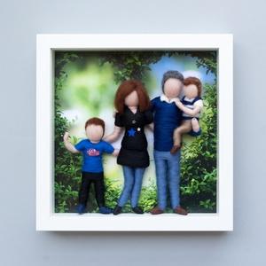 Családi portré keretben, Kép & Falikép, Dekoráció, Otthon & Lakás, Baba-és bábkészítés, Nemezelés, Szívhez szóló ajándék születésnapra, házassági évfordulóra. \n\nSzemélyes családi pillanatkép, két dar..., Meska