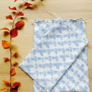 Vászon zsák fehér alapon kék növényi mintázattal, Otthon & Lakás, Tárolás & Rendszerezés, Varrás, Újrahasznosított alapanyagból készült termékek, Újrahasznosított anyagból varrt bélelt zsákok, behúzó zsinórral. \nAnyaga fehér alapon kék virág mint..., Meska