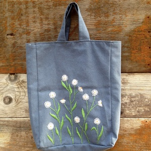 Hímzett kis kék táska margarétával, Táska & Tok, Kézitáska & válltáska, Varrás, Hímzés, Egyedileg varrt, bélelt vászontáska kézzel hímzett virágmintával.\nÚjrahasznosított textilből készült..., Meska
