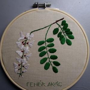 Gyógynövény mintával hímzrtt képkeretben, Otthon & Lakás, Dekoráció, Kép & Falikép, Hímzés, Akácvirág mintával egyedileg rajzolt és hímzett kép hímzórámában.\nAz alapanyag újrahasznosított vász..., Meska