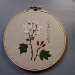 Galagonya virággal hímzett kép keretben, Otthon & Lakás, Dekoráció, Kép & Falikép, Hímzés, Galagonya mintával egyedileg rajzolt és hímzett kép hímzőrámában.\nAz alapanyag újrahasznosított vász..., Meska