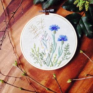 Hímzett kép mezei virágokkal, Otthon & Lakás, Dekoráció, Kép & Falikép, Hímzés, Szabadkézi rajz alapján mezei virágokkal hímzett kép hímzőrámában.\nA kép alapja vérehulló fecskefűve..., Meska