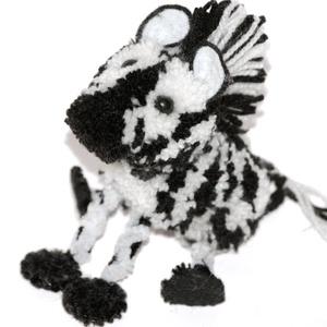 Zebra - AKCIÓ!, Dekoráció, Otthon & lakás, Lakberendezés, Játék, Gyerek & játék, Játékfigura, Mindenmás, Saját tervezésű és készítésű zebra figura.\nFeje, teste fehér és fekete fonalból készített pompon. Fü..., Meska
