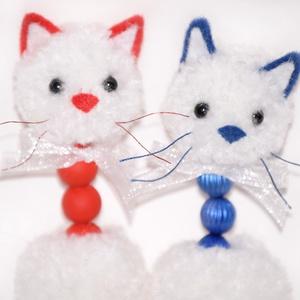 2db fehér-színes cica, Dekoráció, Otthon & lakás, Lakberendezés, Ünnepi dekoráció, Mindenmás, Varrás, 2 db fehér - piros és fehér - kék színű cuki cicás, cica formájú lógatható, felakasztható dísz, falr..., Meska