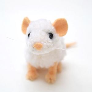 Mini egérke/patkány - fehér, Otthon & Lakás, Dekoráció, Dísztárgy, Mindenmás, Fehér színű cuki és apró kis egérke vagy patesz (kinek hogy tetszik).\n\nFeje, teste fehér fonalból ké..., Meska