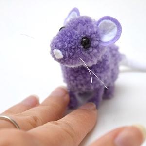 Mini egérke/patkány - lila, Otthon & Lakás, Dekoráció, Dísztárgy, Mindenmás, Lila-fehér színű cuki és apró kis egérke vagy patkány (kinek hogy tetszik).\n\nFeje, teste lila fonalb..., Meska