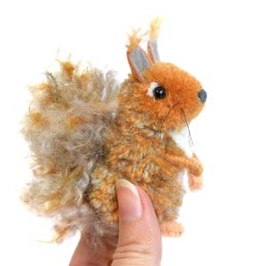 Európai mókus - közepes méret, Otthon & Lakás, Dekoráció, Mindenmás, Vörös barna, szürke és fehér színű mókuska, bozontos farokkal és füllel.\n\nFeje, teste vöröses barna ..., Meska