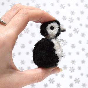 Masnis pingvin, Karácsony & Mikulás, Karácsonyi dekoráció, Mindenmás, Elegáns kis pingvin masnival a nyakában. \n\nFeje, teste fekete és fehér fonalból készített pompon. Sz..., Meska