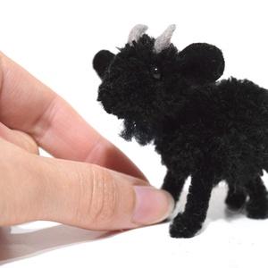 Mini kecske gida - fekete, Otthon & Lakás, Dekoráció, Dísztárgy, Mindenmás, Varrás, Pici kecske gida, kis kecske fekete színben.\nFeje, teste fekete fonalból készített pompon, füle filc..., Meska