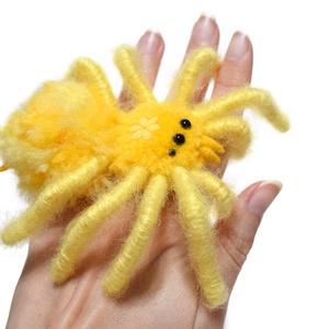 Madárpók - Nárcisz/Napocska, Otthon & Lakás, Dekoráció, Dísztárgy, Mindenmás, Barátságos, kedves, és nagyon vidám hangulatú pókocska sárga kis virággal a fejtor részén.\nFeje, tes..., Meska
