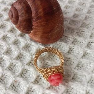 Rózsás horgolt gyűrű, Statement gyűrű, Gyűrű, Ékszer, Ékszerkészítés, A gyűrűt plasztik rózsával díszítettem, a gyűrűsin horgolt rézből készült.\n\nA gyűrű kerülete: 6 cm\n\n..., Meska
