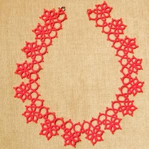Csipke nyaklánc piros, Nyakpánt, gallér, Nyaklánc, Ékszer, Csipkekészítés, Csomózás, Hajócsipke technikával készült (hajócskával) piros nyaklánc. Anyaga: 20-as, 100 % pamut fonal. Méret..., Meska