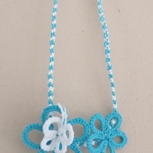 Kék-fehér pillangós virágos nyaklánc, Statement nyaklánc, Nyaklánc, Ékszer, Csipkekészítés, Csomózás, Hajócsipke technikával készült (hajócskával) kék-fehér nyaklánc. Anyaga: 20-as, 100 % pamut fonal. M..., Meska