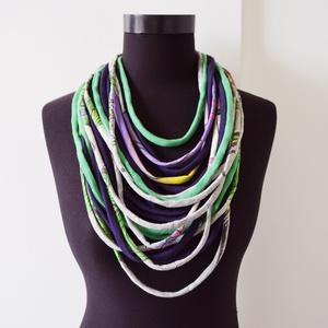 Nyaklánc pólóanyagból lila zöld szürke, Ékszer, Nyaklánc, Táska, Divat & Szépség, Sál, sapka, kesztyű, Ruha, divat, Varrás, Nyaklánc pólóanyagból lila zöld szürke (printelt) hangulatban. Ezek a textil szálak nem csak szétvág..., Meska