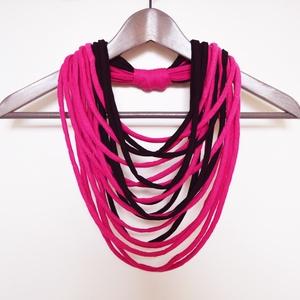 Nyaklánc pólóanyagból pink fekete, Ékszer, Táska, Divat & Szépség, Nyaklánc, Sál, sapka, kesztyű, Ruha, divat, Nyaklánc pólóanyagból pink fekete hangulatban. Ezek a textil szálak nem csak szétvágott csíkok,hanem..., Meska