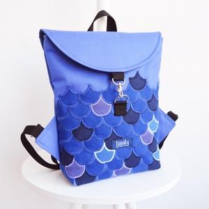 Sellő pikkely mintás vízlepergető kicsi hátizsák kék, Táska, Divat & Szépség, Táska, Hátizsák, Sellő pikkely mintás vízlepergető kicsi hátizsák, bélésén zsebekkel.  Szélessége középen: 25 cm Maga..., Meska