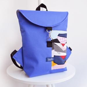Kék absztrakt mintás vízlepergető kicsi hátizsák, Táska, Divat & Szépség, Táska, Kék absztrakt mintás vízlepergető kicsi hátizsák, bélésén zsebekkel.  Szélessége középen: 25 cm Maga..., Meska