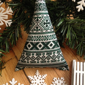 Skandináv textil karácsonyfa (zöld), Otthon & Lakás, Karácsony & Mikulás, Karácsonyfadísz, Varrás, Skandináv karácsonyi mintás pamutvászonból készítettem a képen látható textilfenyőt. \n\nHangulatos de..., Meska