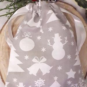Hóemberes karácsonyi ajándék szütyő, Otthon & Lakás, Karácsony & Mikulás, Karácsonyi csomagolás, Varrás, Szürke alapú, karácsonyi mintás  pamutvászonból készítettem a képen látható, összehúzható tetejű ajá..., Meska