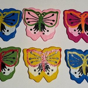 Fűzhető, ragasztható fa pillangók csomagban, Gyöngy, ékszerkellék, Ékszerkészítés, Bábkészítés, mackóvarrás, Virágkötészet, A figurák mérete: 2,8X2,6cm Fűzhető, ragasztható. 10db/csomag, Meska