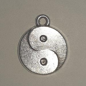 Jin Jang medál, Gyöngy, ékszerkellék, Ékszerkészítés, Ezüst színű Jin Jang medál.  Átmérője: 1,5cm   Ár/db, Alkotók boltja