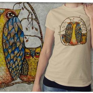 """Bagolycsalád bézs színű Gildan női pólón , Esküvő, Képzőművészet, Otthon & lakás, Táska, Divat & Szépség, Grafika, Festészet, Mindenmás, Ez a póló \""""Meghívott grafikusok\"""" sorozatunk része, azaz a grafikát nem mi, hanem egy vendég készítet..., Meska"""