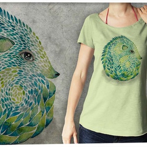 """Süni púderzöld színű lezser női pólón, Táska, Divat & Szépség, Női ruha, Ruha, divat, Póló, felsőrész, Képzőművészet, Otthon & lakás, Festészet, Mindenmás, Ez a póló \""""Meghívott grafikusok\"""" sorozatunk része, azaz a grafikát nem mi, hanem egy vendég készítet..., Meska"""