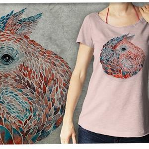 """Mókus púderrózsa  színű lezser női pólón, Táska, Divat & Szépség, Női ruha, Ruha, divat, Póló, felsőrész, Képzőművészet, Otthon & lakás, Festészet, Mindenmás, Ez a póló \""""Meghívott grafikusok\"""" sorozatunk része, azaz a grafikát nem mi, hanem egy vendég készítet..., Meska"""