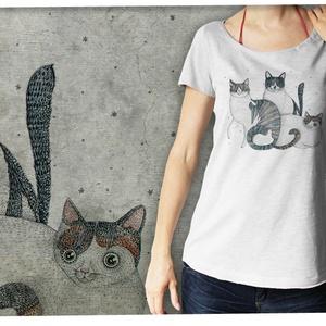"""Három cica  púderszürke színű lezser női pólón, Póló, felső, Női ruha, Ruha & Divat, Festészet, Mindenmás, Ez a póló \""""Meghívott grafikusok\"""" sorozatunk része, azaz a grafikát nem mi, hanem egy vendég készítet..., Meska"""