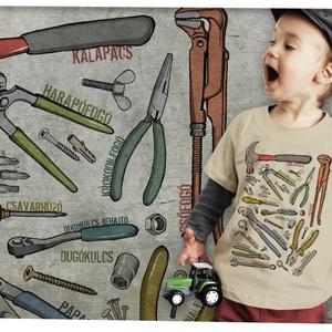 Szerszámok, Táska, Divat & Szépség, Ruha, divat, Gyerek & játék, Gyerekruha, Mindenmás, SZERSZÁMOK\n\nÁtlagos unisex szabású gyerekpóló 100% pamut,  144g/m2 anyagvastagság.\n-gyűrűsfonású GIL..., Meska