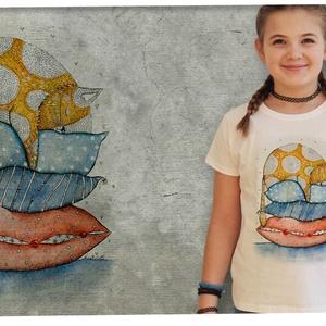 Cica párnákon, Ruha & Divat, Póló, Babaruha & Gyerekruha, CICA PÁRNÁKON Nora Dovidonyte akvarellje pólóra nyomtatva  KARCSÚSÍTOTT  SZABÁSÚ LÁNY PÓLÓ A póló 10..., Meska