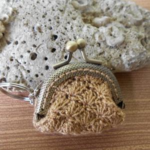 Mini pénztárca , Táska, Divat & Szépség, Kulcstartó, táskadísz, Horgolás, Ez a kis horgolt pénztárca mindössze 4 cm széles. \nAnyaga: pamut fonal \nSzíne: arany\nTehetünk bele b..., Meska
