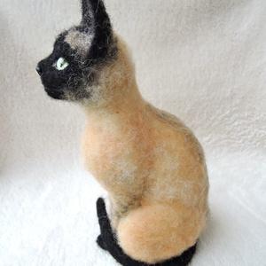 Macska hasonmás - egyedi tűnemez cica, számi macska, Képzőművészet, Otthon & lakás, Szobor, Dekoráció, Dísz, Nemezelés, Egy hasonmás cica minden gazdi számára tökéletes meglepetés.\nFénykép alapján dolgozom, egyedi megren..., Meska