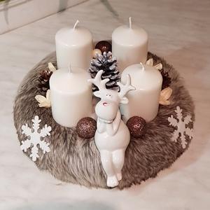 Szőrmés karácsonyi asztaldísz, Otthon & lakás, Dekoráció, Ünnepi dekoráció, Karácsonyi, adventi apróságok, Karácsonyi dekoráció, Virágkötés, 25 cm-es szalma alap szőrmével bevonva. \nPorcelán rénszarvas díszítéssel, krémszínű adventi gyertyák..., Meska